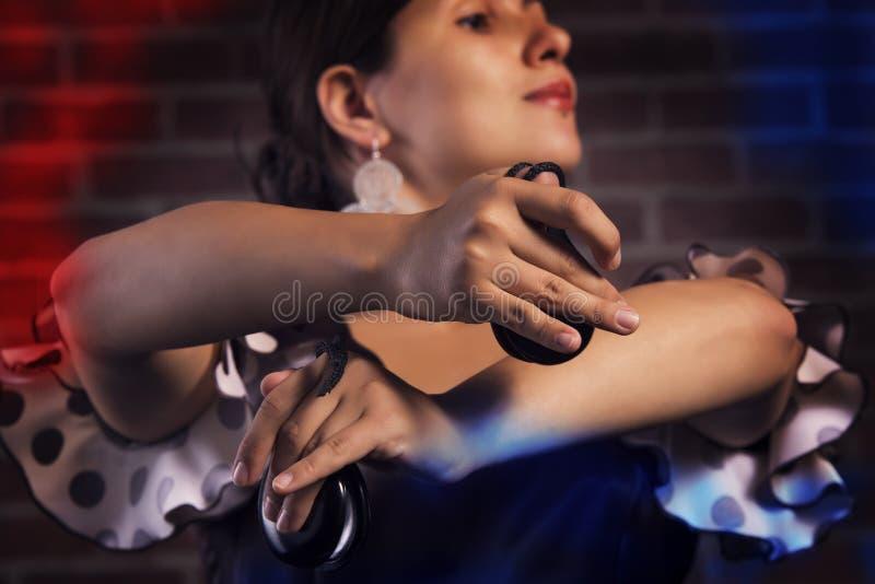 Closeup av spanska händer för en kastanjetterspelare arkivfoto