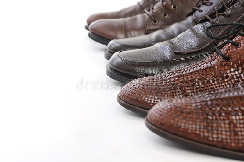 Closeup av splitterny trendiga manliga klassiska läderskor arkivfoton