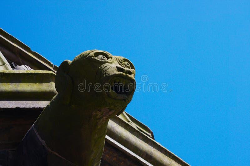 Closeup av statyn av vattenkastaren mot en ljus blå bakgrund, Aberdeen, Skottland royaltyfri foto