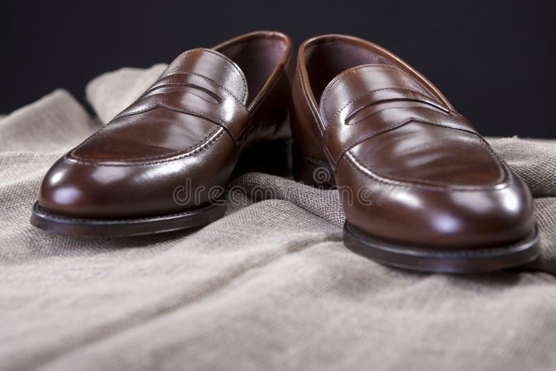 Closeup av stilfullt modernt brunt läder Penny Loafer Shoes arkivfoton