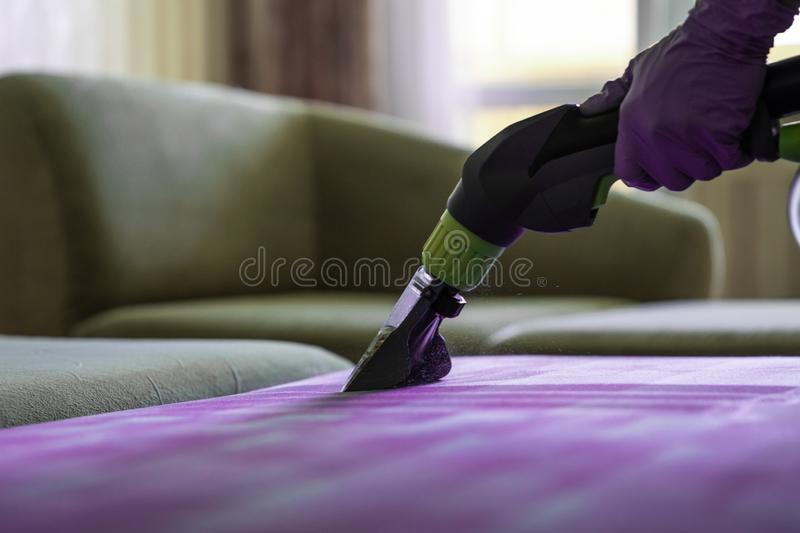 Closeup av stoppad kemisk lokalvård för soffa arkivfoton