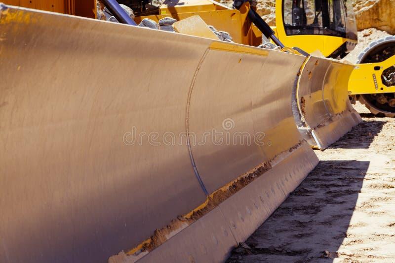 Closeup av stora industriella bulldozrar royaltyfri foto