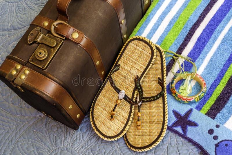 Closeup av strandhandduken, sandaler och andra objekt som är klara att vara packe royaltyfri foto