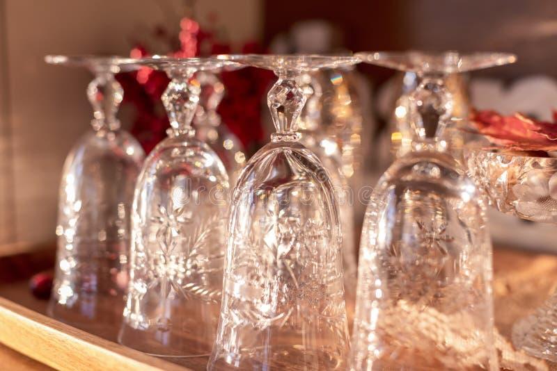 Closeup av tappningkristallglasföremål på buffét som är klar att vara värd ferie för att få tillsammans royaltyfria bilder