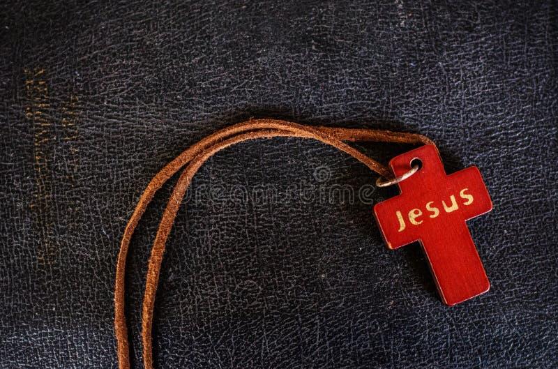 Closeup av träkristenkorset på bibeln arkivfoton