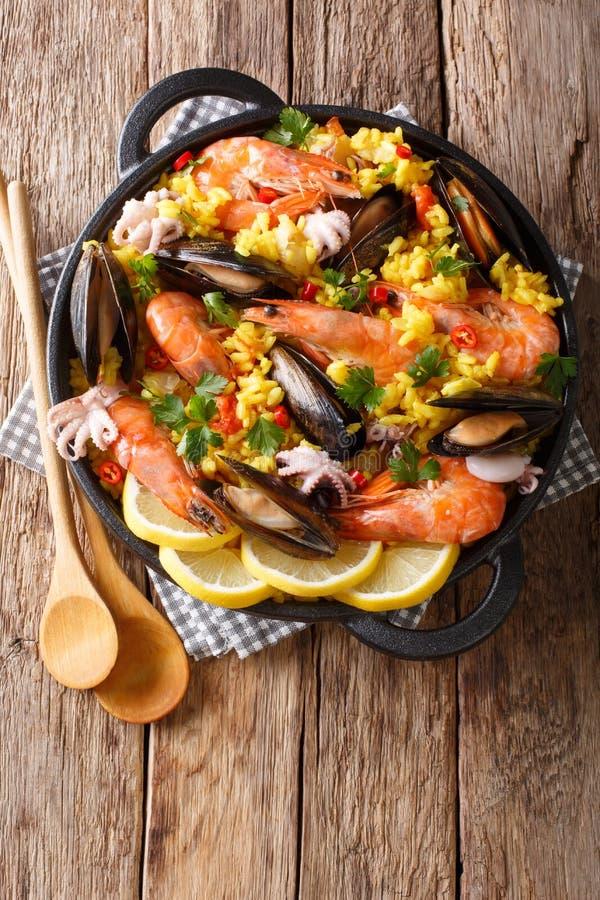 Closeup av traditionell spansk paella med skaldjur i en panna ver arkivbilder