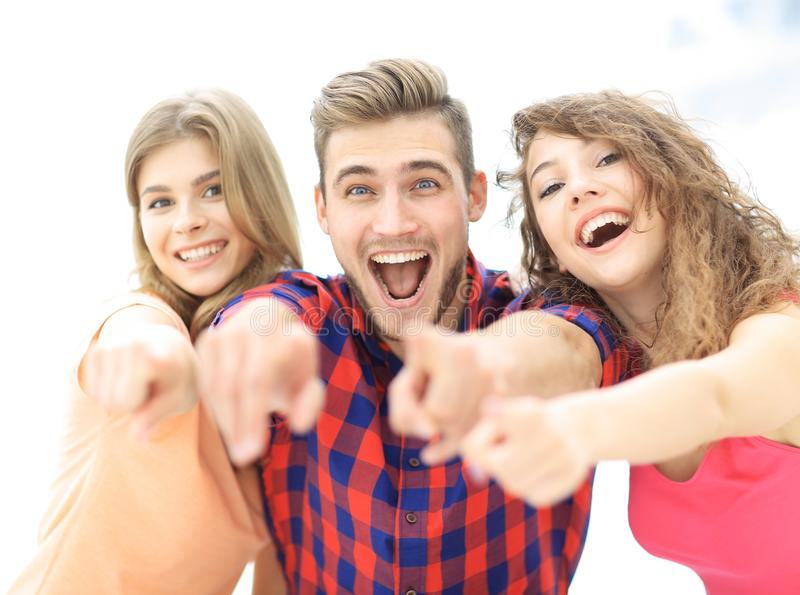 Closeup av tre lyckliga ungdomarsom framåtriktat visar händer royaltyfria foton