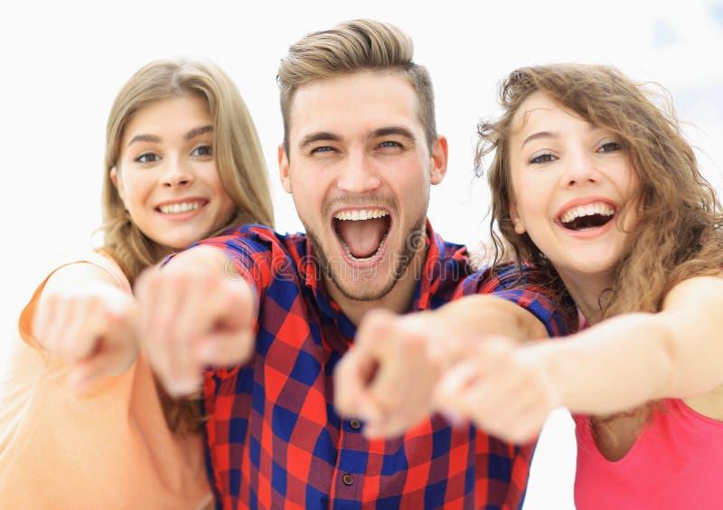 Closeup av tre lyckliga ungdomarsom framåtriktat visar händer arkivfoto