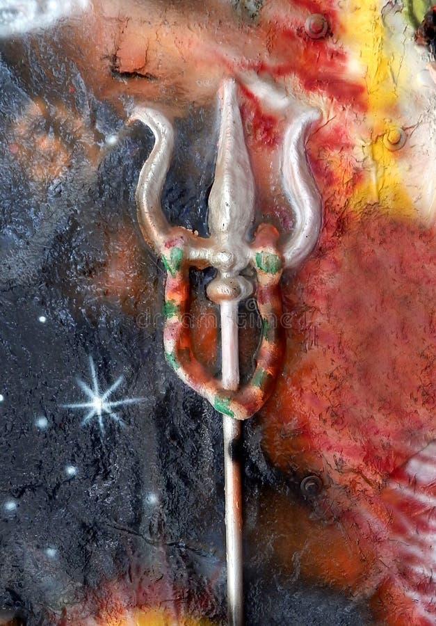 Closeup av Trishul eller treudden och indisk hinduisk gudinna i bakgrunden royaltyfria bilder