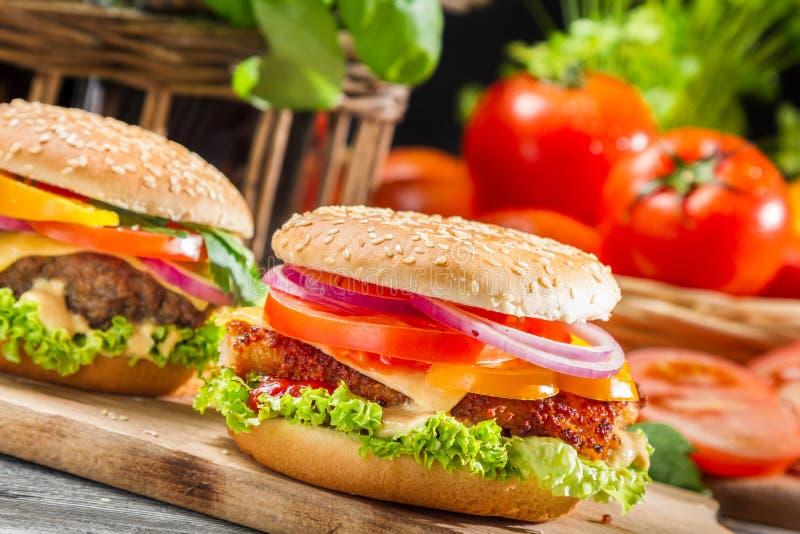 Closeup av två hemlagade hamburgare som göras från nya grönsaker fotografering för bildbyråer