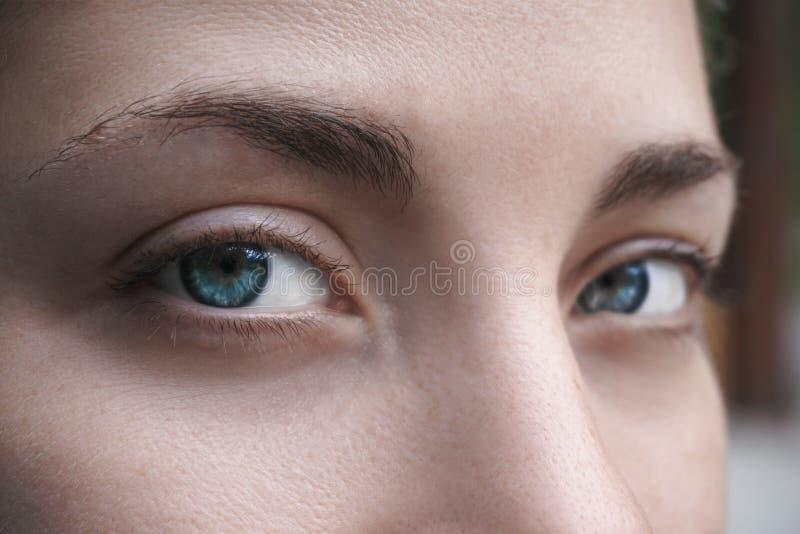 Closeup av unga härliga kvinnaögon fotografering för bildbyråer