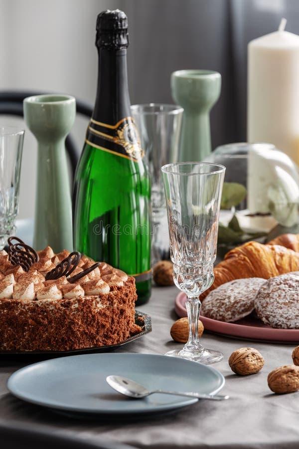 Closeup av uppsättningen för äta middag tabell för parti med champagne arkivbild