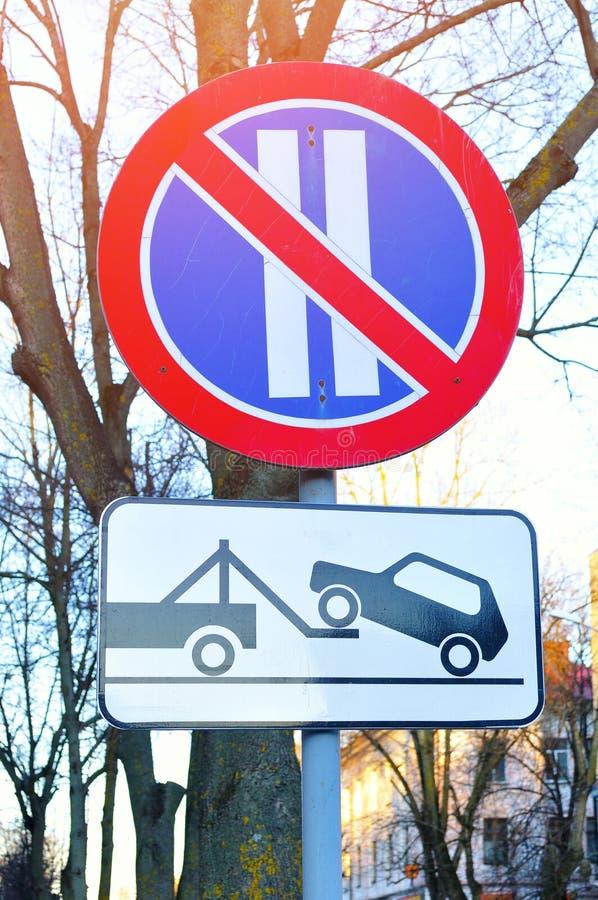 Closeup av vägmärken - ingen parkering på även dagar av månaden och bärgningsbilen arbetar arkivfoton