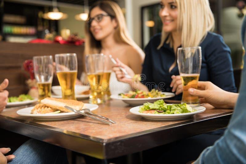 Closeup av vänner i en restaurang arkivfoton