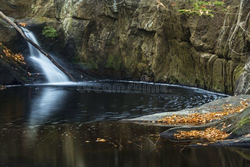 Closeup av vattenfallet och den mörka pölen, Enders delstatspark, Connectic arkivbilder