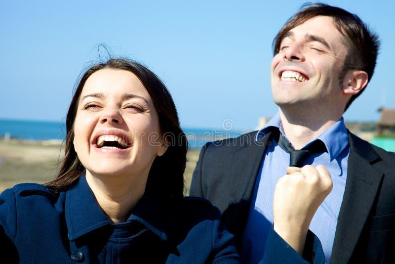 Closeup av vinnande lyckligt affärsfolk mycket av glädje royaltyfri foto