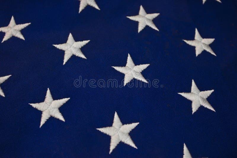 Closeup av vita stjärnor på blå bakgrund av amerikanska flaggan royaltyfri bild