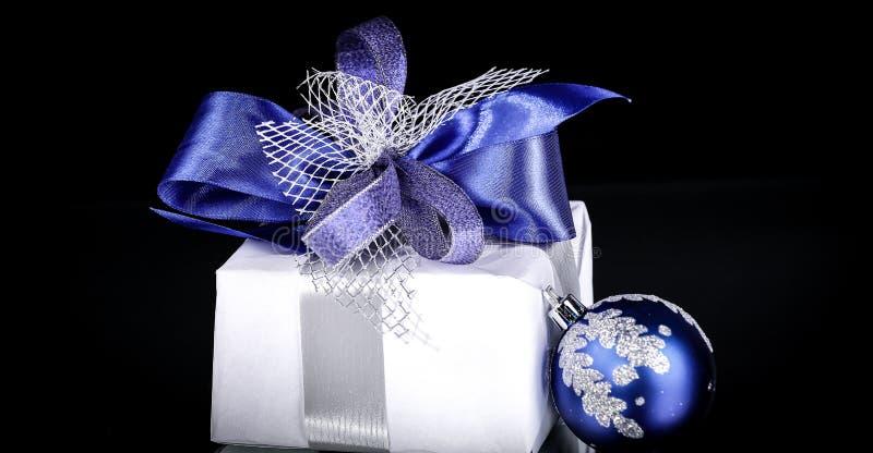 closeup Bollar för julgåva- och blåttjul på en festlig w royaltyfri bild