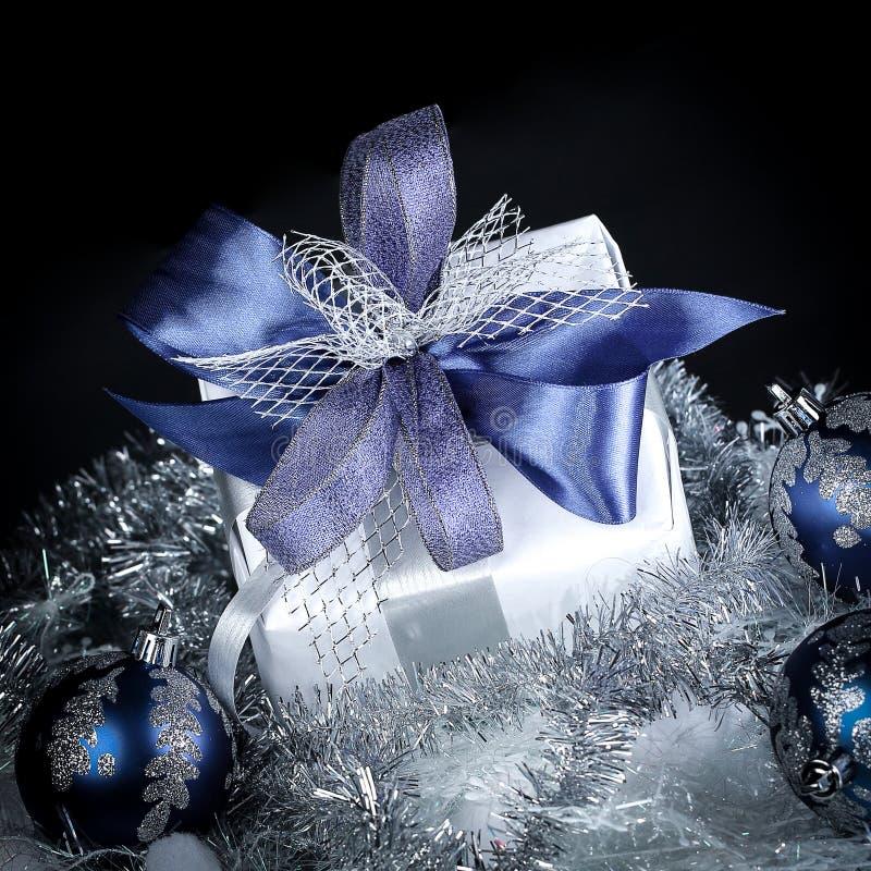 closeup Bollar för julgåva- och blåttjul på en festlig w arkivbild