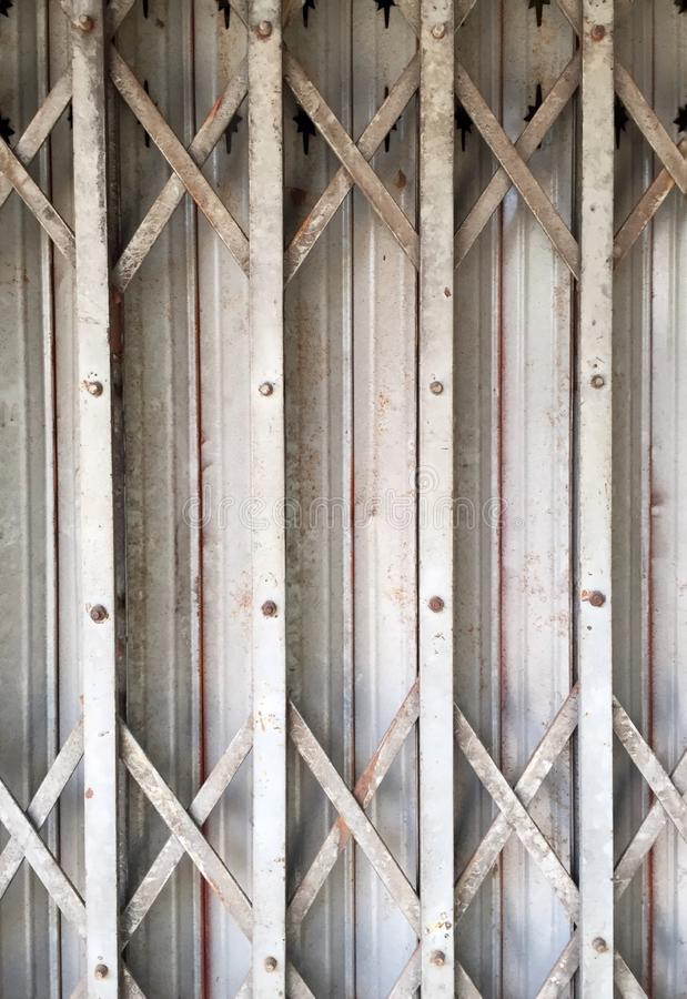 Closeup dörren för stål för veck för för ståldörrelasticitet eller rost royaltyfria bilder