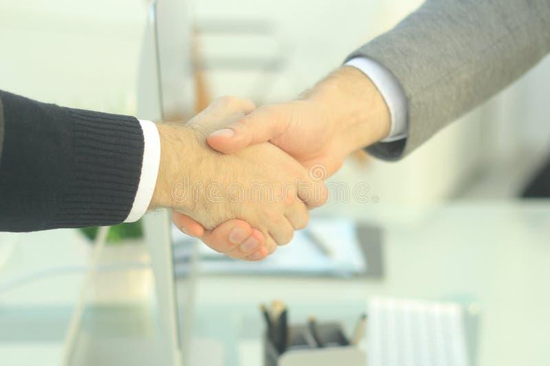 closeup de finansiella partnerna som skakar händer över ett skrivbord fotografering för bildbyråer