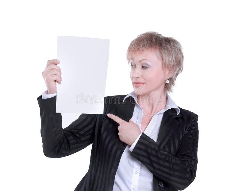 closeup donna sorridente di affari che mostra foglio bianco fotografia stock libera da diritti
