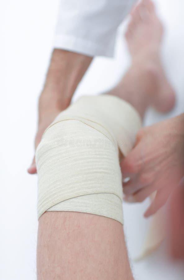closeup doutor que enfaixa um pé paciente do ` s fotos de stock