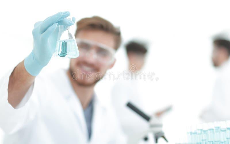 closeup en forskare som gör experiment i laboratoriumet arkivbild