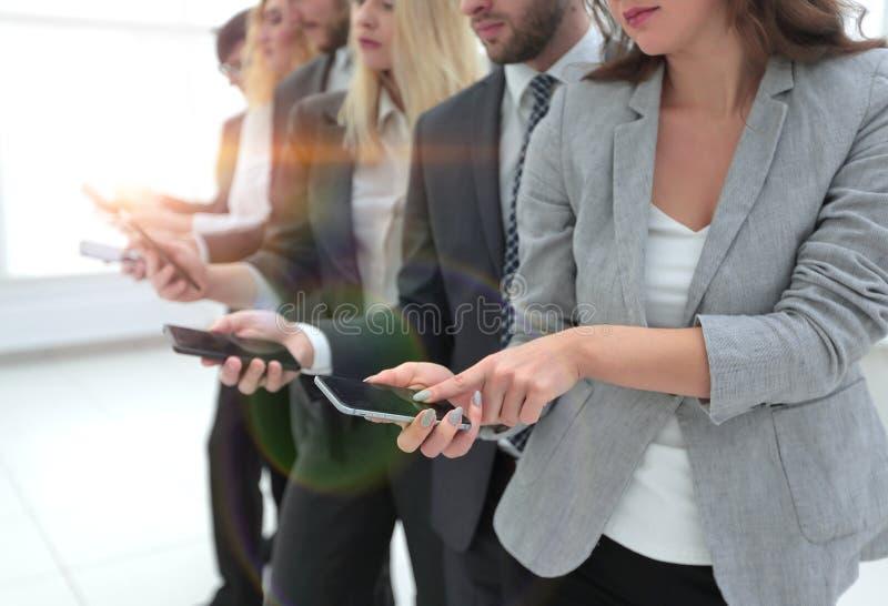 closeup en grupp av anställda med smartphones royaltyfria bilder