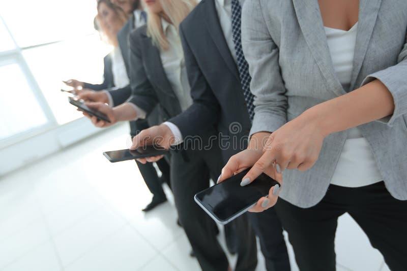closeup en grupp av anställda med smartphones royaltyfri fotografi