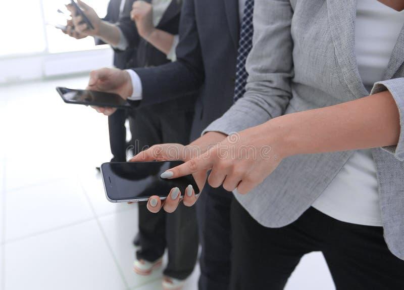 closeup en grupp av anställda med smartphones arkivfoton