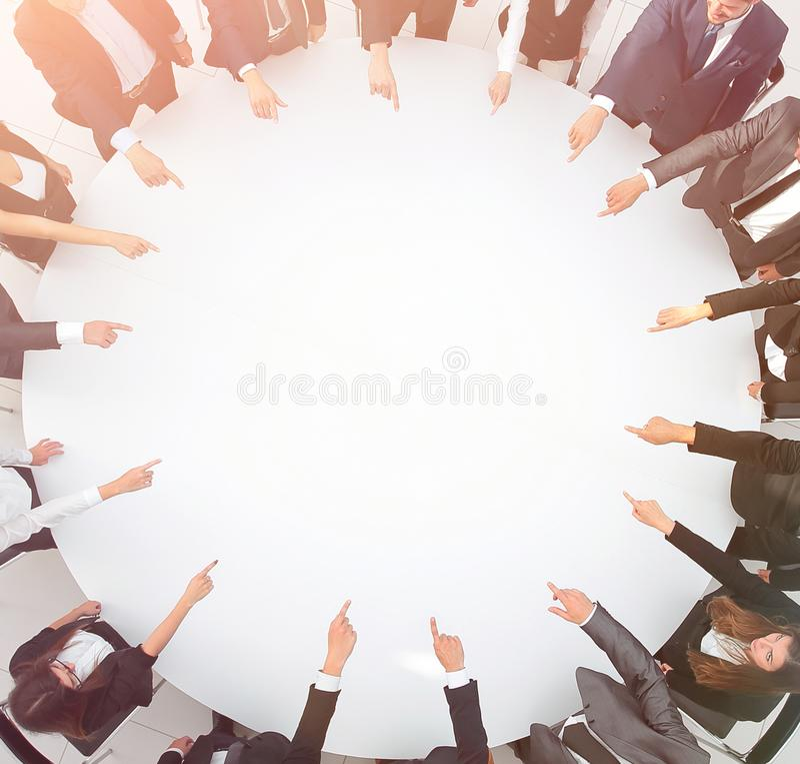 closeup equipe do negócio que aponta no centro da tabela fotos de stock