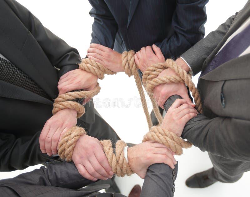 closeup equipe unificada do negócio, amarrada uma corda forte foto de stock royalty free