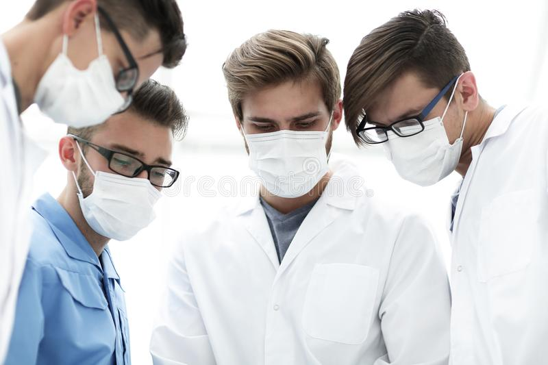 closeup ett lag av doktorer i skyddande maskeringar royaltyfri fotografi