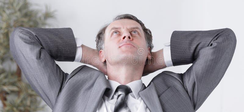 closeup ett lyckat affärsmanrelaxareasammanträde bak ett skrivbord arkivfoton