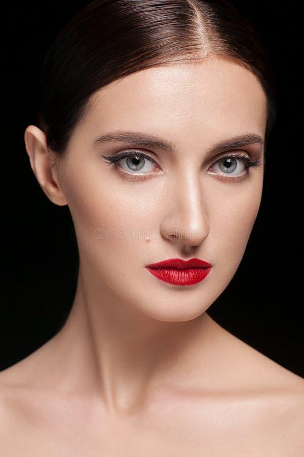 Closeup för skönhetkvinnaframsida som isoleras på svart bakgrund Härlig modellflickamakeup Ursnygg dam med stängda ögon arkivbilder