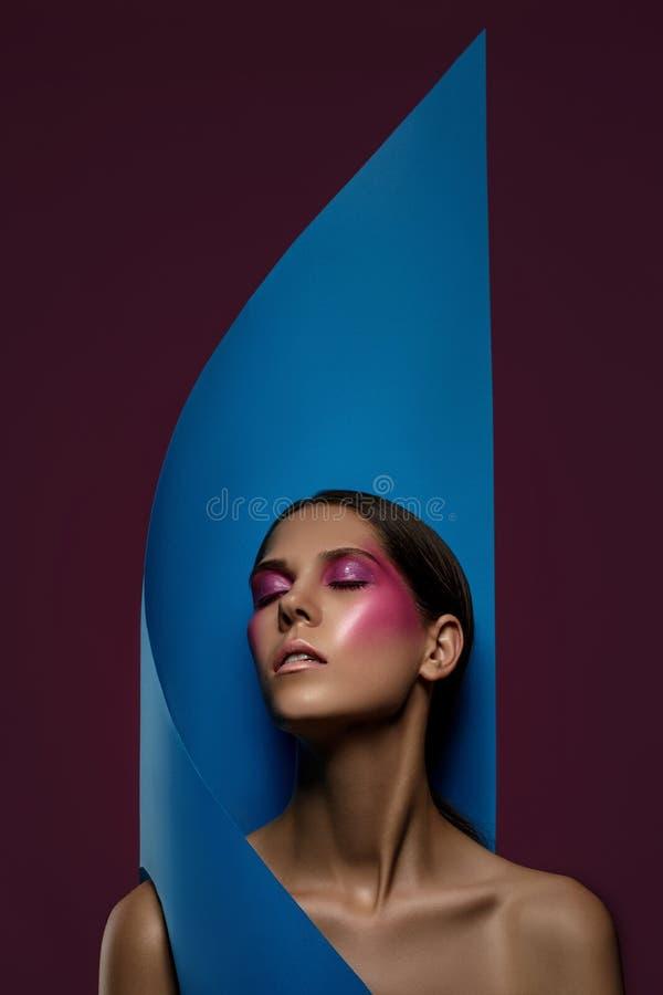 Closeup för stående för framsida för kvinna för modekonsthud Skinande yrkesmässig makeupflicka för glamour med moderiktigt rosa s royaltyfri bild