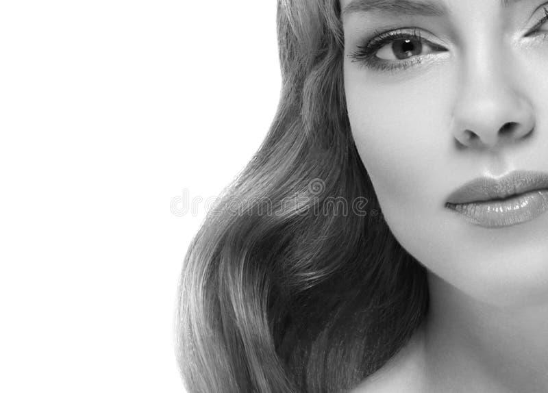 Closeup för stående för kvinnaheadshotframsida svartvit blond royaltyfria foton