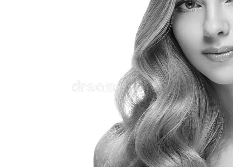Closeup för stående för kvinnaheadshotframsida svartvit blond arkivfoto