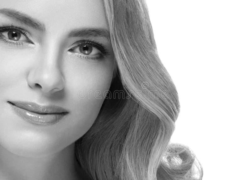 Closeup för stående för kvinnaheadshotframsida svartvit blond arkivfoton