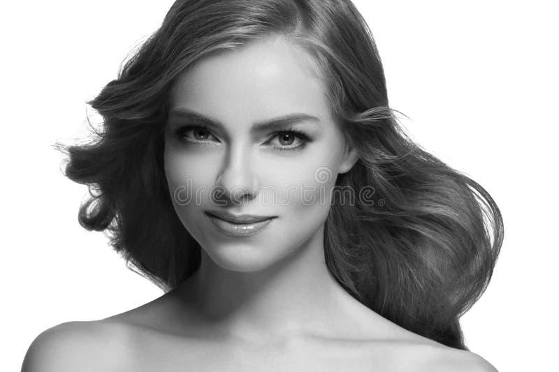 Closeup för stående för kvinnaheadshotframsida svartvit blond royaltyfri foto