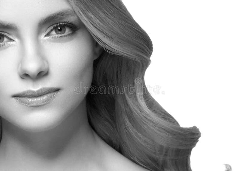 Closeup för stående för kvinnaheadshotframsida svartvit blond royaltyfria bilder