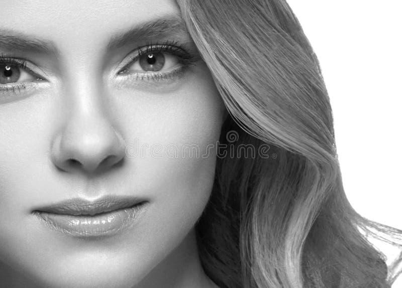 Closeup för stående för kvinnaheadshotframsida svartvit blond arkivbilder