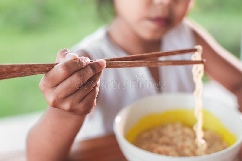 Closeup förestående av den hållande pinnen för barnflicka arkivbilder