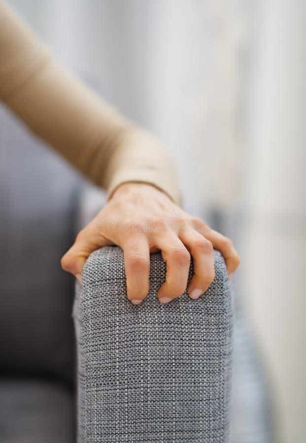 Closeup förestående av stressat kvinnasammanträde på soffan fotografering för bildbyråer