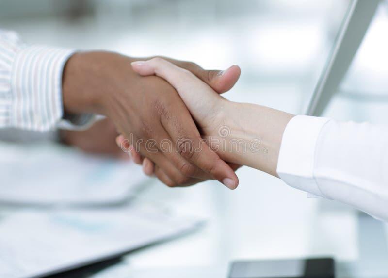 closeup femme d'affaires de poignée de main avec un associé financier photos stock