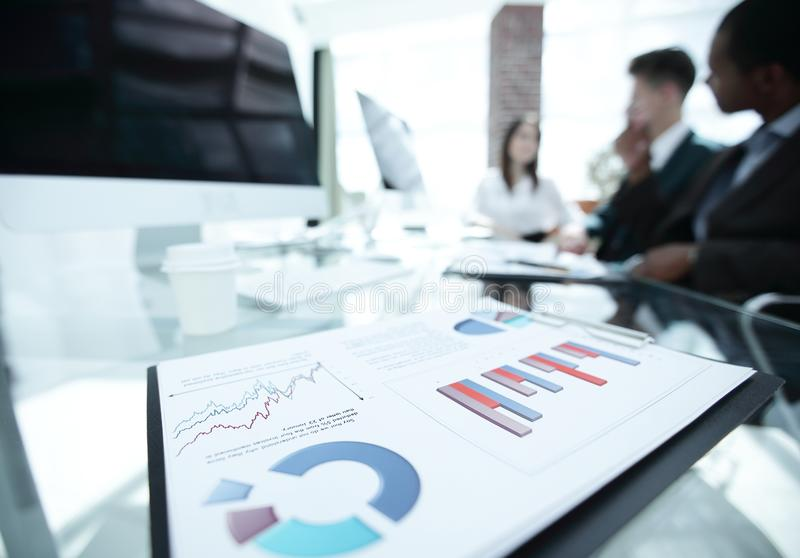 closeup finansiella diagram på skrivbordet av affären team arkivbild