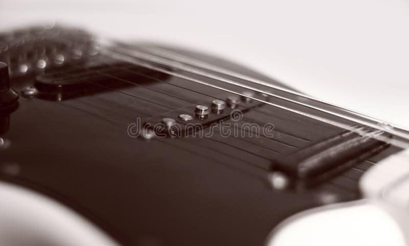 closeup Guitarra preta em um fundo branco imagens de stock royalty free