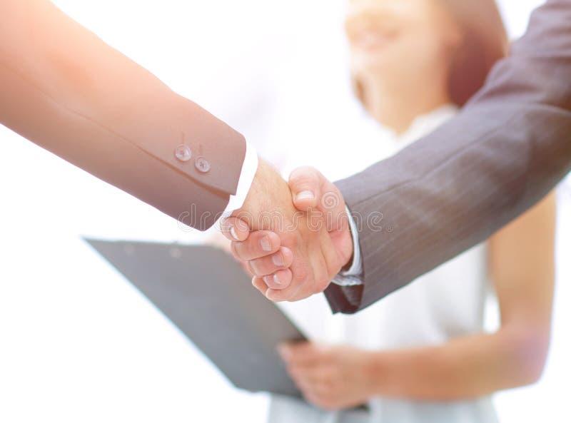 closeup Handskakning av affärsfolk royaltyfria bilder