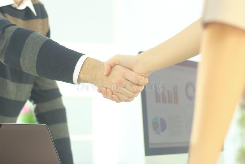 closeup handskakningen mellan kollegor i arbetsplatsen arkivfoto